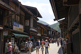 Source: http://commons.wikimedia.org/wiki/File:Nakasendo_Narai-juku03n4272.jpg