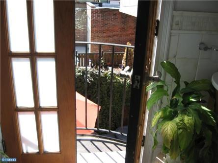 130 Queen Street: Bathroom Juliette Balcony